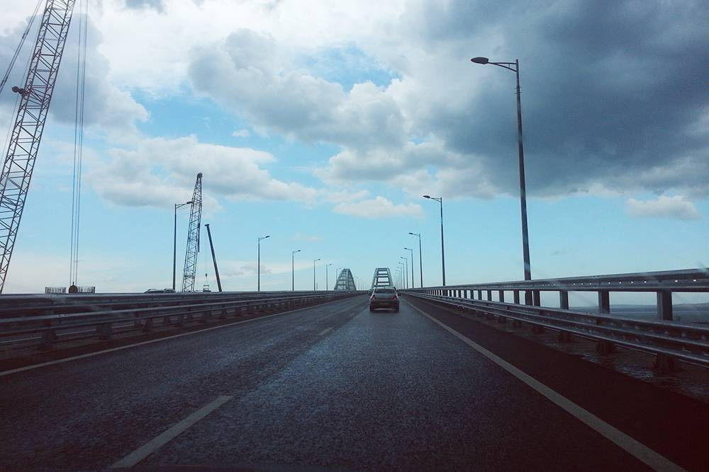 Когда едешь по Крымскому мосту, моря не видно. Ощущение, словно ведешь машину по обычной дороге