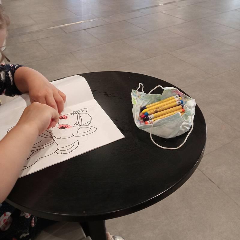 Рисовать можно не только на откидном столике в салоне, но и в кафе илизоне отдыха в аэропорте