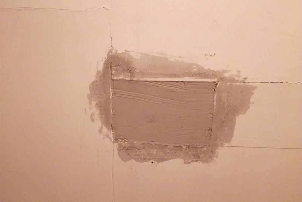 Лист гипсокартона, который мы замазали сверху клеем. Чтобы вернуть стенам белый цвет, мы аккуратно убрали излишки клея наждачкой, а сверху нанесли слой финишной белой шпаклевки