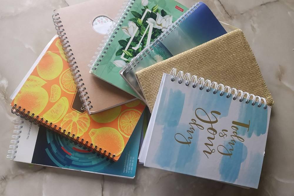 Еще перед сном я веду дневник от руки. За 1,5 года терапии я исписала 7 толстенных тетрадей. Это помогает лучше понимать себя, осознавать эмоции и справляться со стрессом