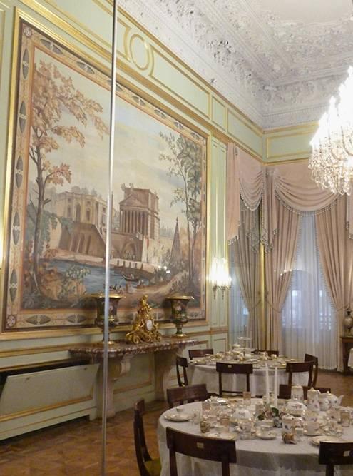 Один из интерьеров Белого дворца. В экспозиции находятся подлинные вещи эпохи, поэтому зал защищен стеклом