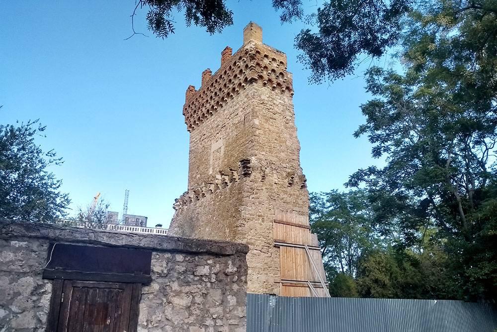 Средневековая башня находится вцентре города, ноеенесразу видно из-за деревьев