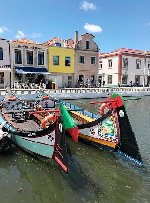 Канал и рыбацкие лодки в португальской Венеции