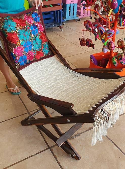 Плетеные кресла, гамаки и вышитые подушки — популярные сувениры из Мексики