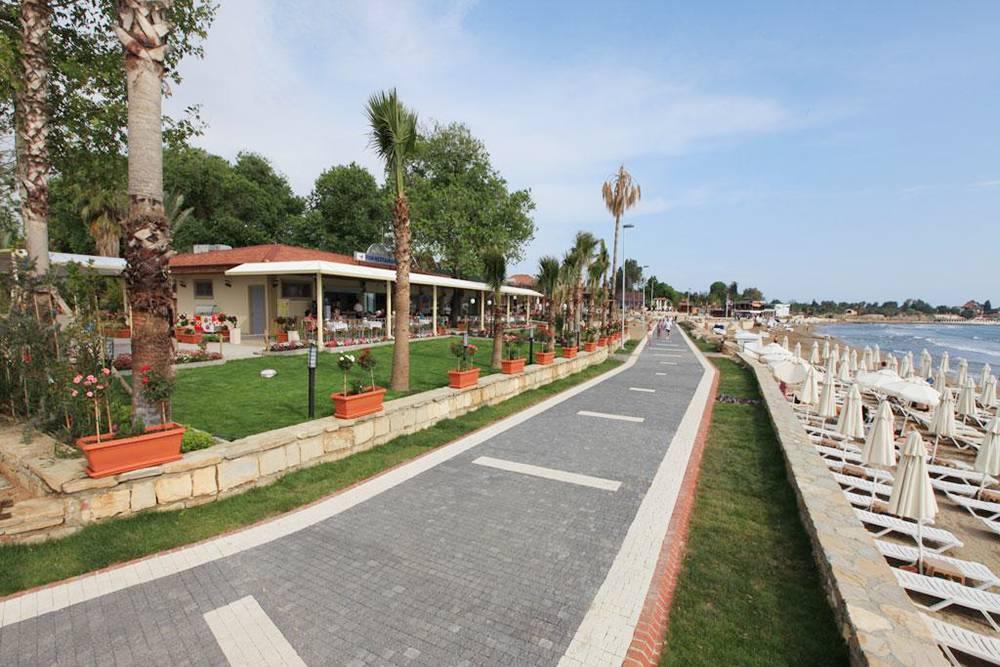Набережная, по которой туристы стекаются в Сиде из сотен отелей на побережье