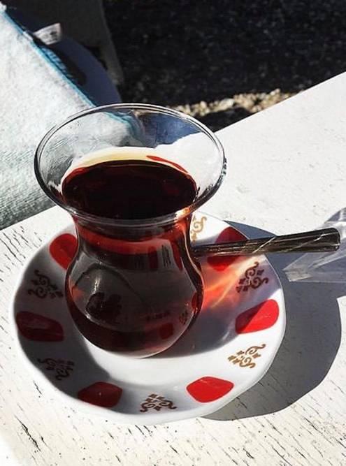 Традиционный стаканчик-тюльпан. Турки выпивают таких с десяток за день