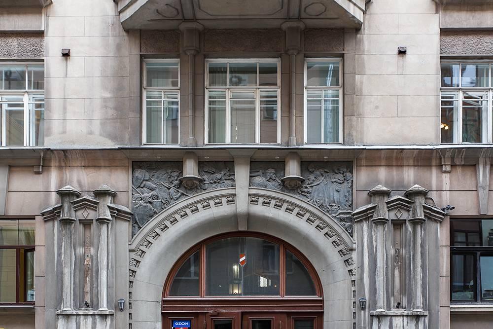 Архитектор дома Валентин Дубовской использовал средневековые элементы вроде рыцарей и в других постройках — к примеру, в доме 36 по Большому Афанасьевскому переулку