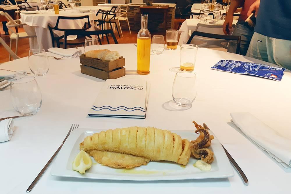 На заключительный ужин в ресторане марины Валенсии я выбрала кальмара. Остальным заказ несли долго, и чтобы развлечь нас, официант исполнил нам пару арий из итальянских опер