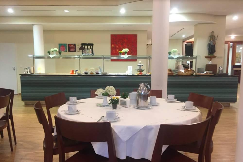 Мы завтракали в большой и светлой столовой. Я любила прийти раньше всех и поболтать с профессорами до начала занятий