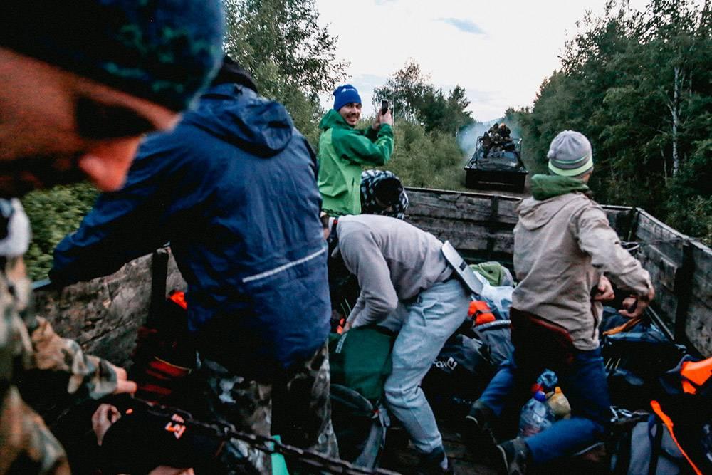 Едем в кузове камаза, а сзади уже догоняет вездеход с полицейскими из Улан-Удэ. Скоро мы на него пересядем и поедем до точки старта сплава. Фото: Александр Колбин