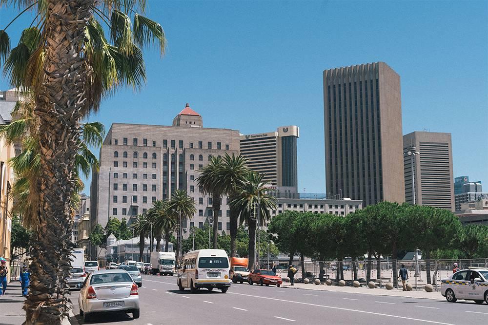 Когда я гуляла по Кейптауну, площадь была огорожена
