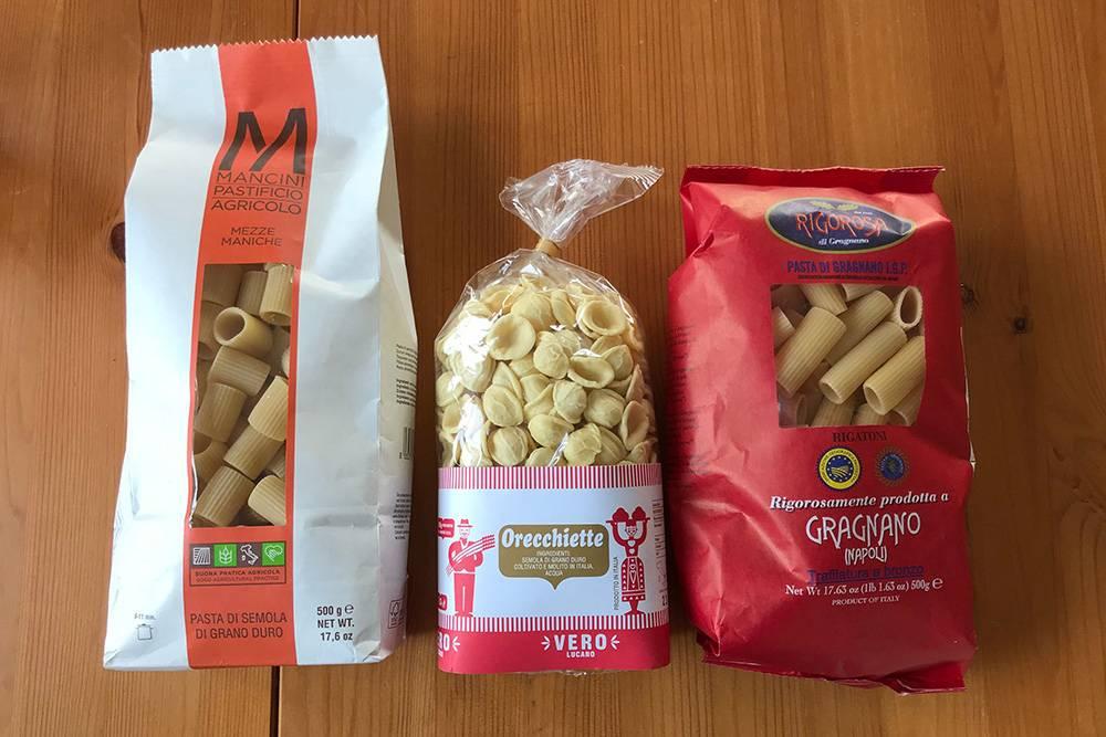 После поездки в Неаполь мы либо сами делаем пасту, либо покупаем итальянскую Di semola di grano duro — она плотная и с интенсивным вкусом. Пробуем разные сорта