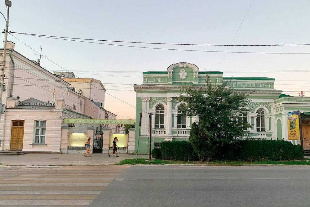 Слева драматический театр, справа бывшее кафе «Театральное»