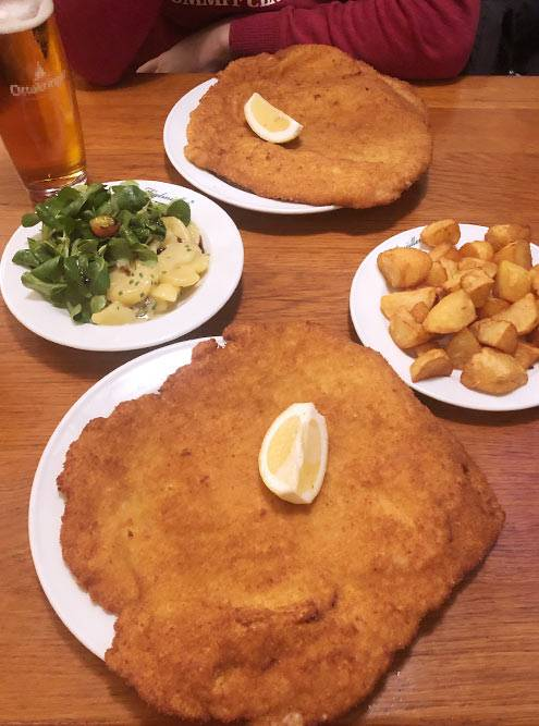 Шницель в«Фигльмюллере» былвкусный, нослишком большой. Хорошо, что влюбом ресторане Вены можно забрать ссобой все, что недоели