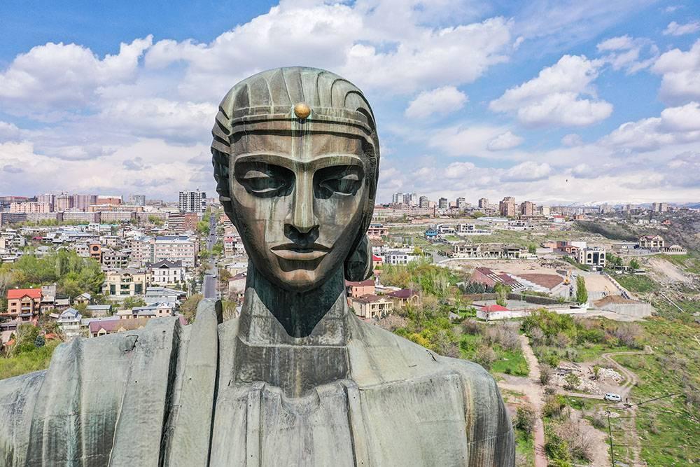Раньше на этом постаменте стоял памятник Сталину, но в 1962году его снесли