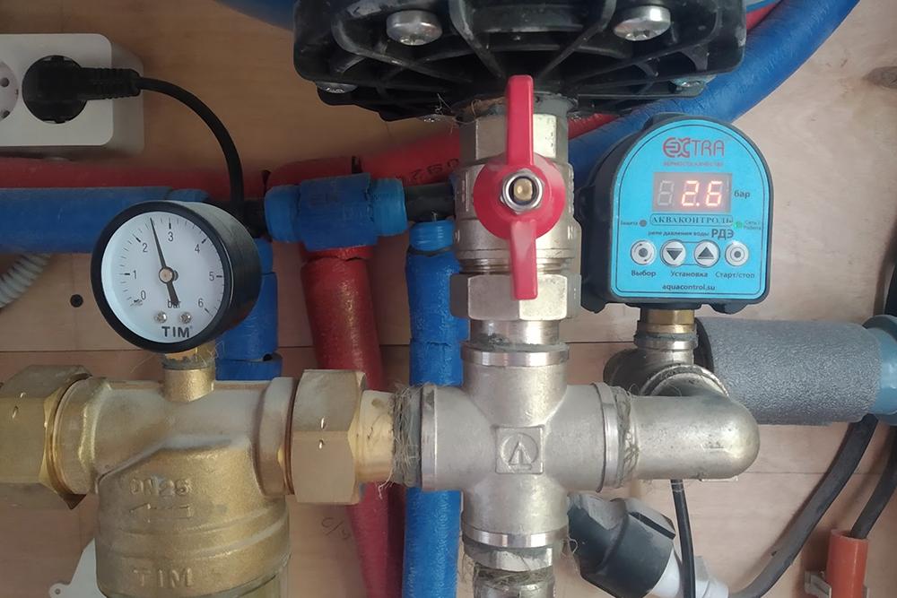 Здесь мы видим, что давление воды перед входом в самопромывной фильтр — на электронном реле — и в манометре самого фильтра примерно одинаковое: 2,6 бара. Если механический манометр покажет меньшее давление, фильтр необходимо прочистить