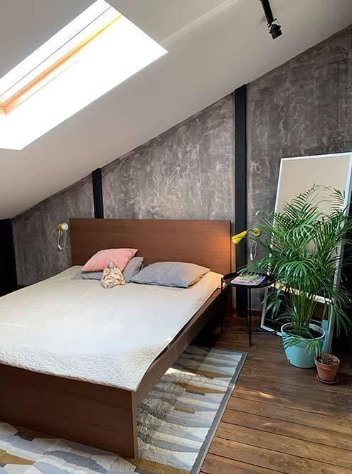 Сейчас все в восторге от спальни подскатной крышей и особенно от окна. Перед сном через него можно любоваться южными закатами