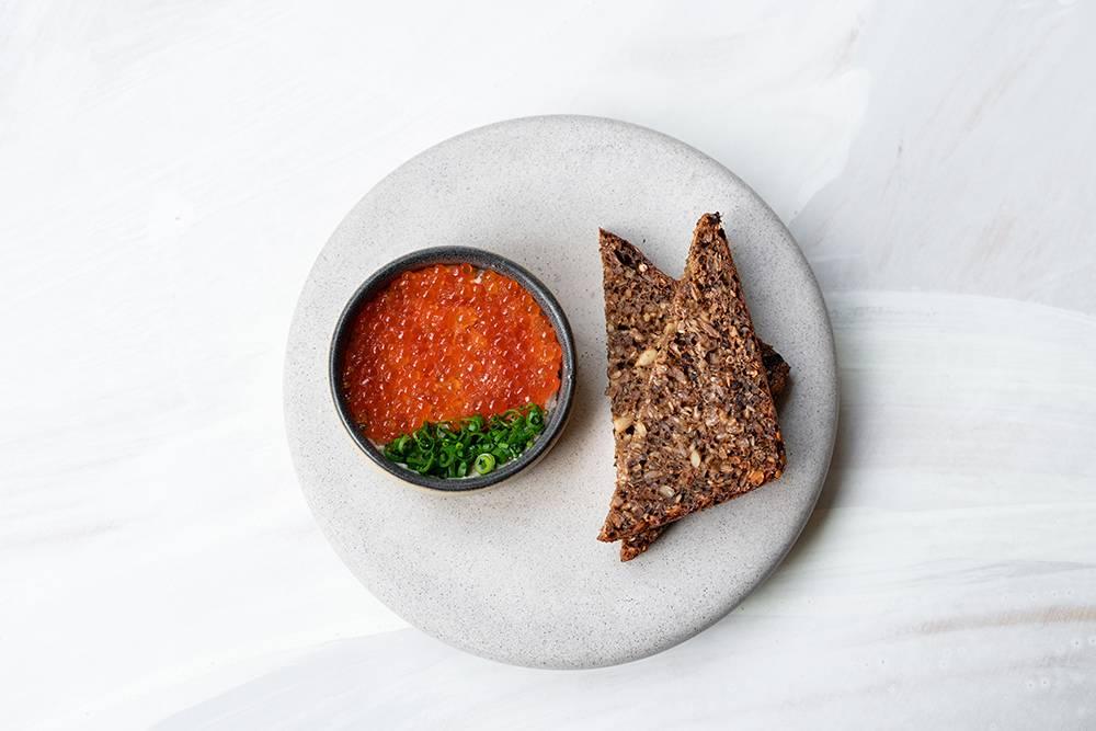 Блюдо изменю ресторана: крем из печени трески сдвумя видами икры идатским хлебом