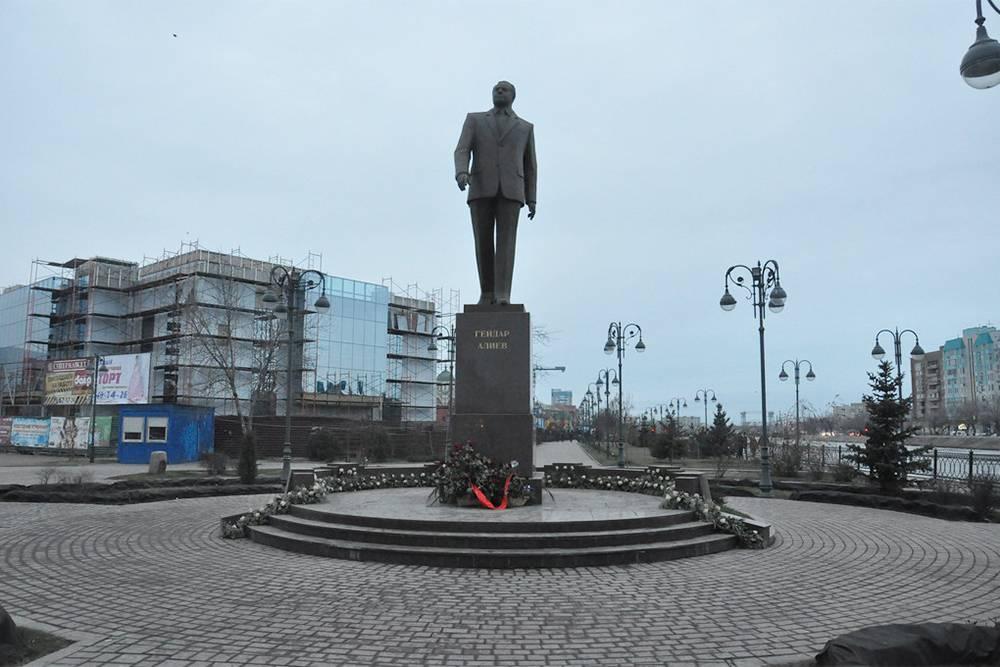 Памятник Гейдару Алиеву. Вокруг благоустроили сквер, который также назвали в честь президента Азербайджана