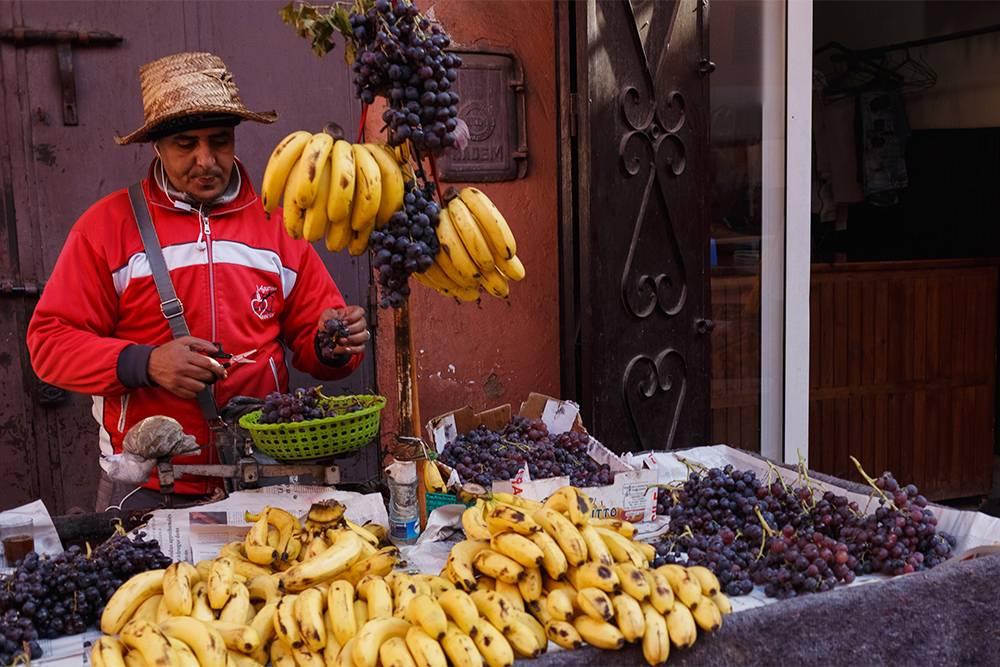 Все фрукты и овощи набираешь в корзинку сам, а потом продавец взвешивает ее