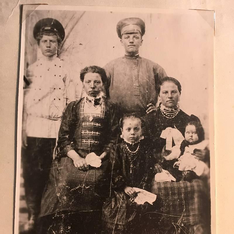 Справа сидит моя прабабушка с первой дочерью, а рядом ее мама (моя прапрабабушка) и сестра. Моя прабабушка родила и воспитала 11 детей, а бабушка — самая младшая из них