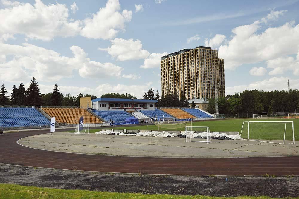 Это стадион «Октябрь». Сейчас здесь готовятся к церемонии награждения столичного «Динамо»