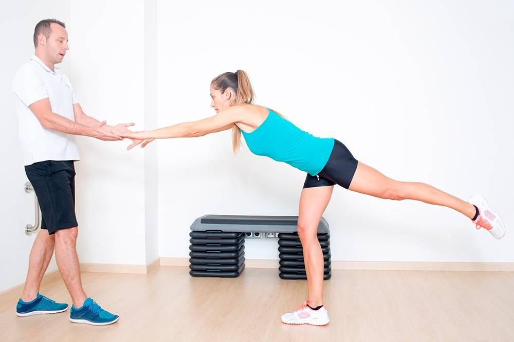 Тренировка равновесия с физическим терапевтом. Источник: Adam Gregor / shutterstock