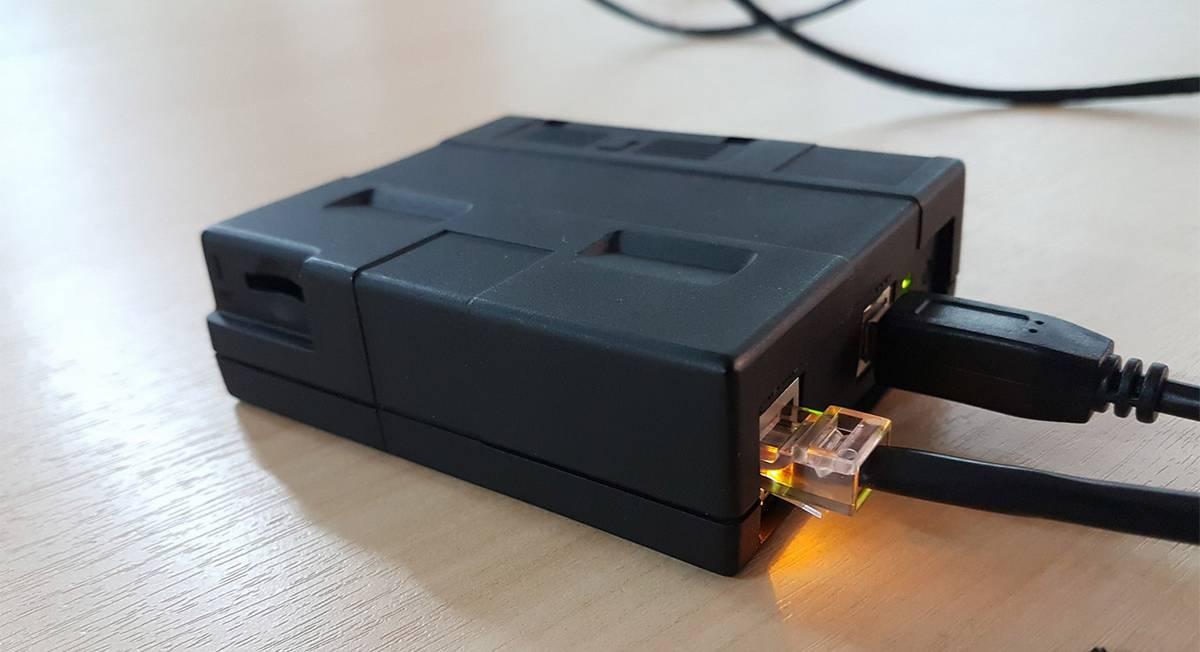 Эту коробочку разработали в компании «Атол». У нее нет принтера чеков, поэтому такую кассу могут использовать только интернет-магазины, представители которых не встречаются с покупателями лично. Фото — Константин Ян
