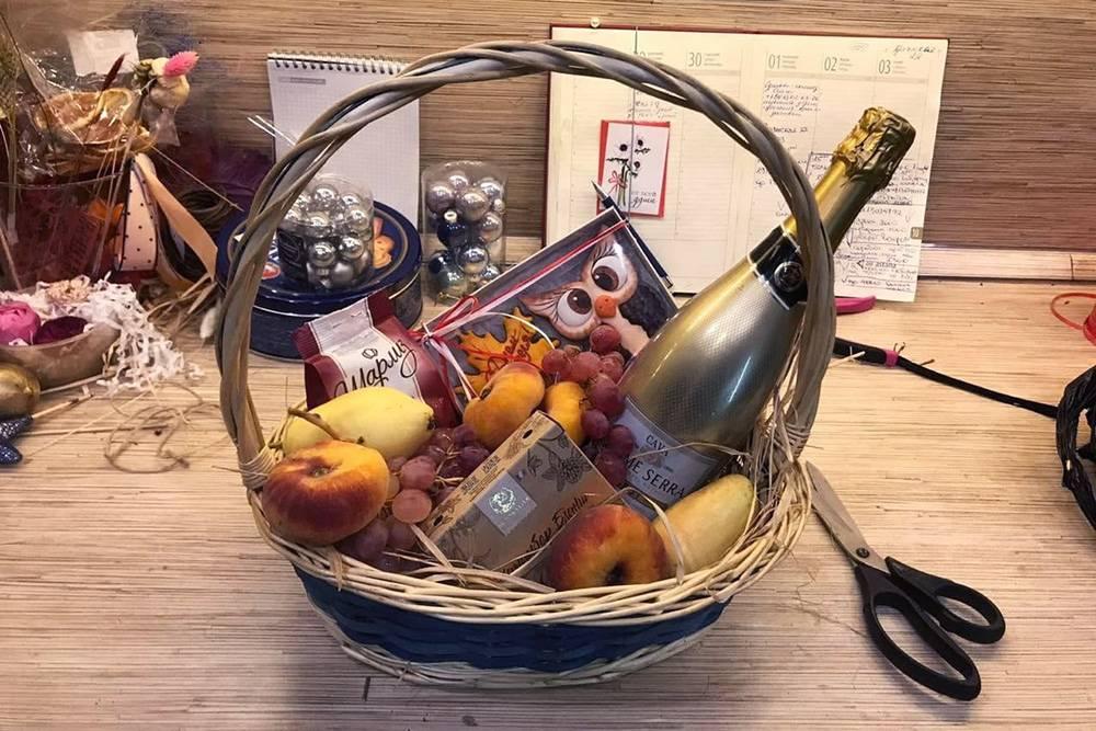 Вариант корзины наДень учителя: фрукты, кава иконфеты. Фото: Юлия Ерешкина