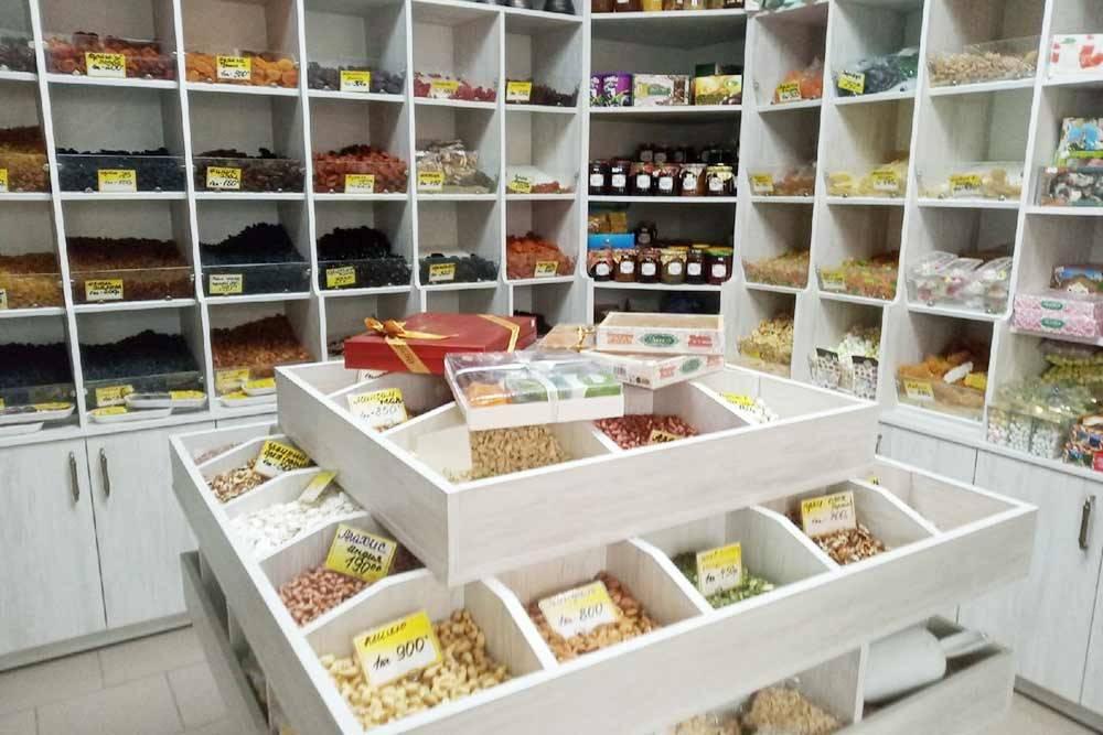 Лавочка со специями, орехами, сухофруктами и восточными сладостями на рынке «Рубин». Здесь пахнет Востоком
