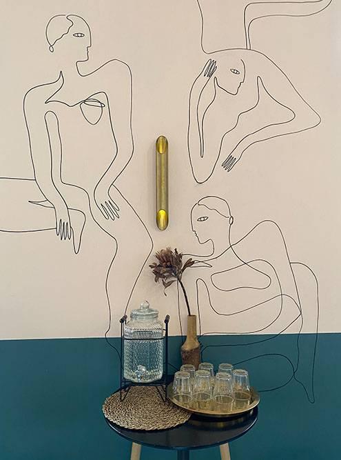 Рисунки на стене привлекают внимание