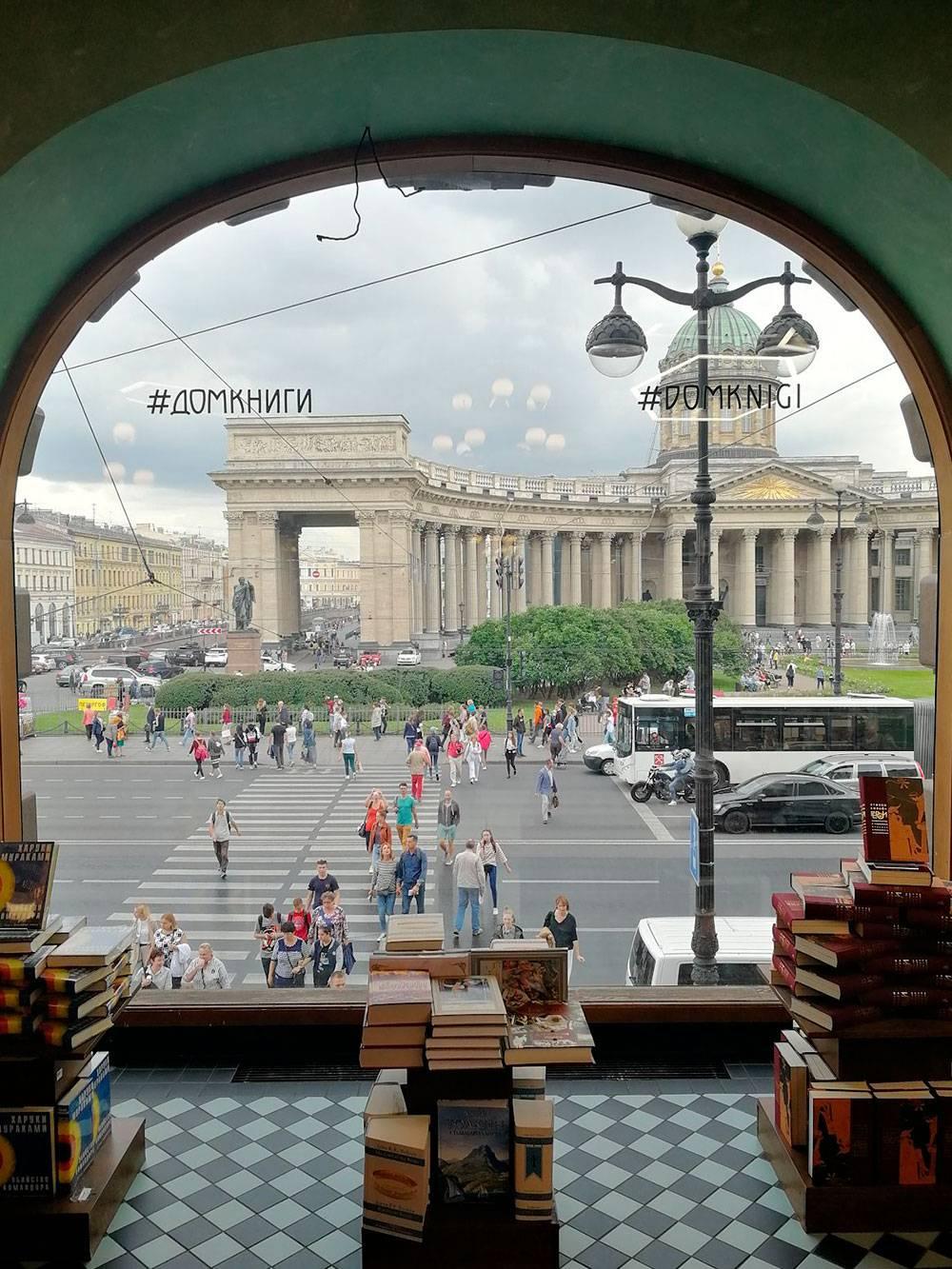 Вид из Дома книги на Казанский собор. На Невском проспекте всегда оживленно: и на дороге, и в пешеходных зонах