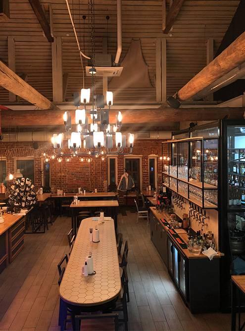 Справа на фото — стеклянное хранилище длянапитков и краны с разливным пивом