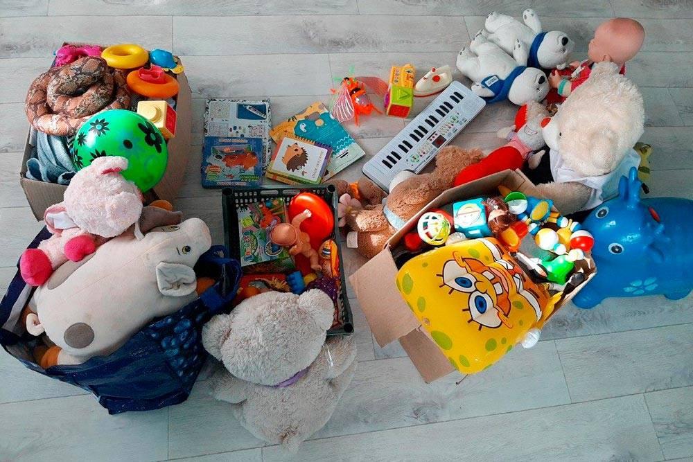 Я несколько раз в день убираю детские игрушки, раз в неделю сортирую — выбрасываю поломанные и те, что детям уже надоели. Но меньше их не становится. Год назад игрушки заполняли четыре коробки, сейчас — пять