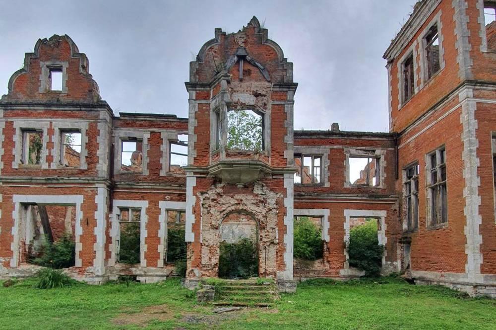 От былого величия остались руины, но и они завораживают. Это фасад главного дома. Раньше на балконе был эркер, а у входа — арка