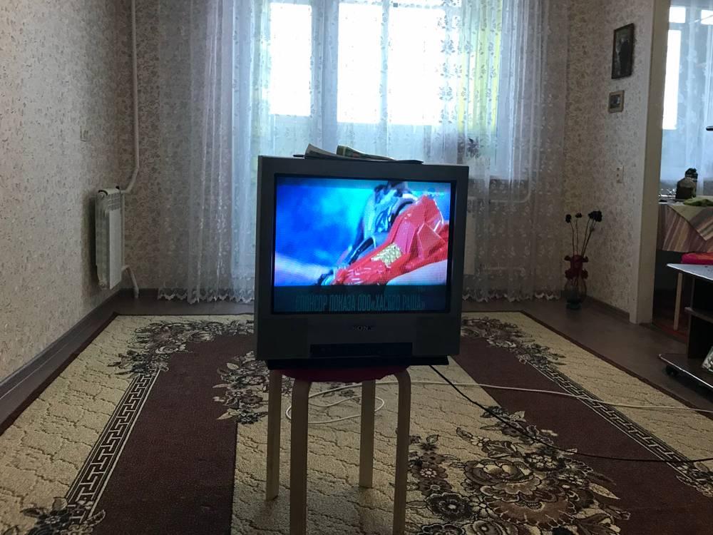 От дивана до телевизора 1—1,5 метра. Таки видно лучше, и наушники дотянутся