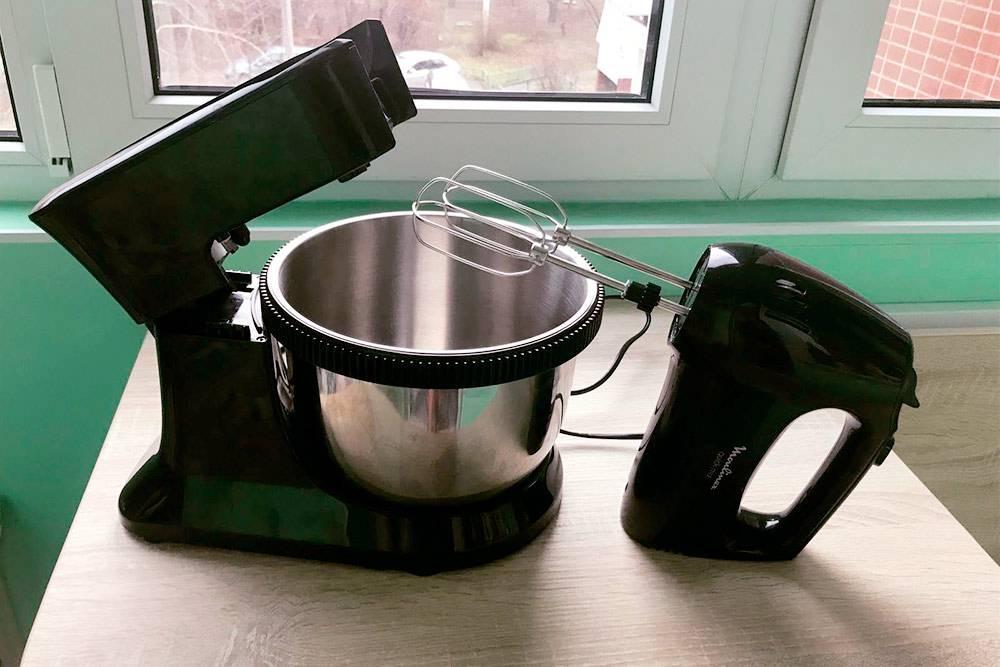 Обычно в чаше миксера у меня тесто, а в другой посуде — крем. Я могу снимать миксер с подставки и заниматься ими по очереди. А если рука устала, возвращаю миксер на подставку, и он сам замешивает тесто