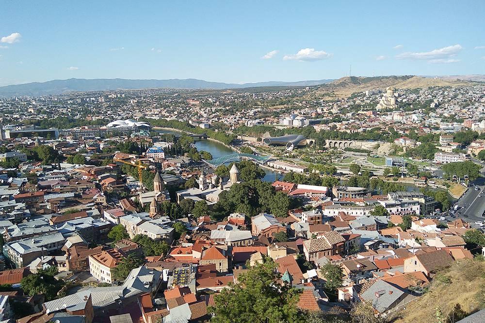 Вид на Тбилиси с Нарикалы, куда можно подняться на канатке от парка Рике. Цена — 2,5 ₾ (58 рублей). Вниз можно спуститься по лестнице
