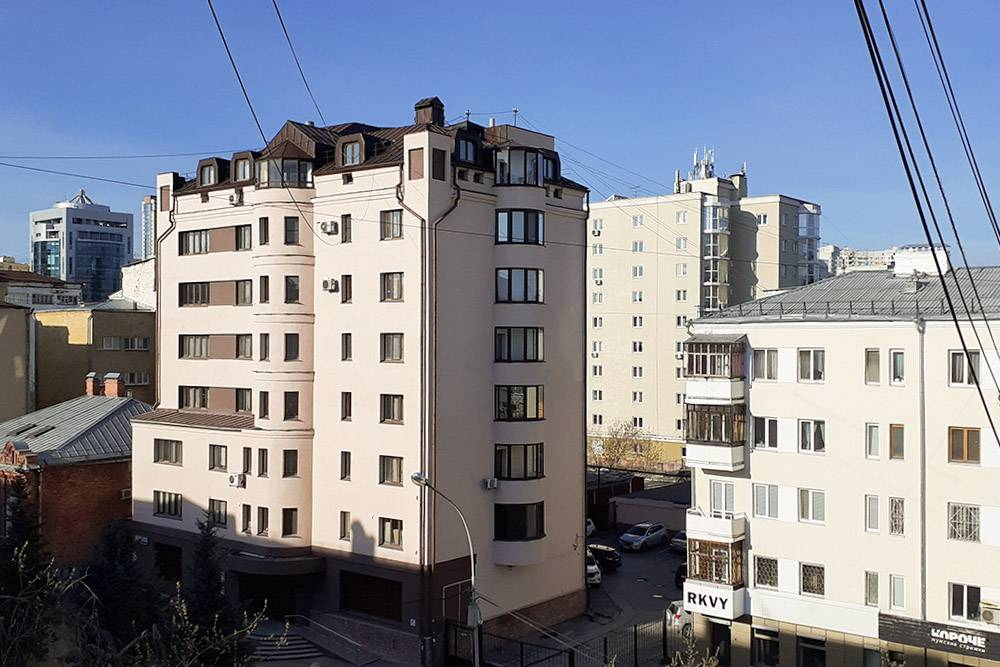 Здравствуй, утренний город! Из окна видны только крыши домов напротив: в свое время на нашей улице знатно попилили деревья
