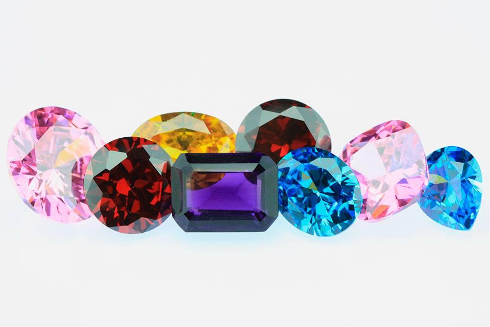 Бриллианты фантазийной окраски. Зеленые бриллианты и алмазы очень редкие. Их добывают в Южной Америке и Африке. Источник: Shutterstock