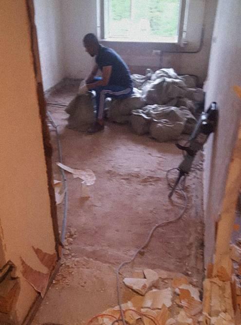 Это разбитая стяжка в одной из комнат после упаковки в мешки. У стены стоит промышленный отбойный молоток