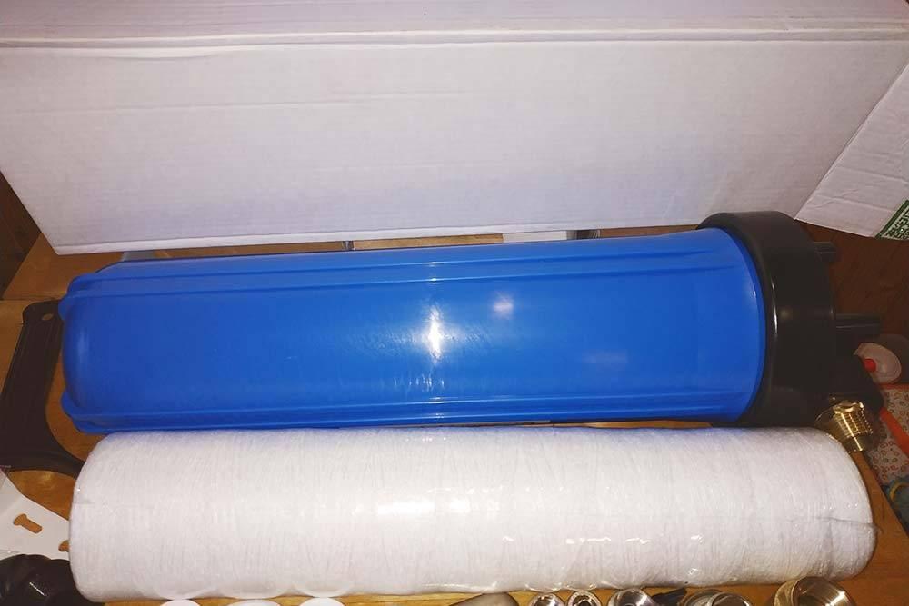 Синий цилиндр — это колба нитчатого фильтра, а белый — нитчатый фильтрующий элемент