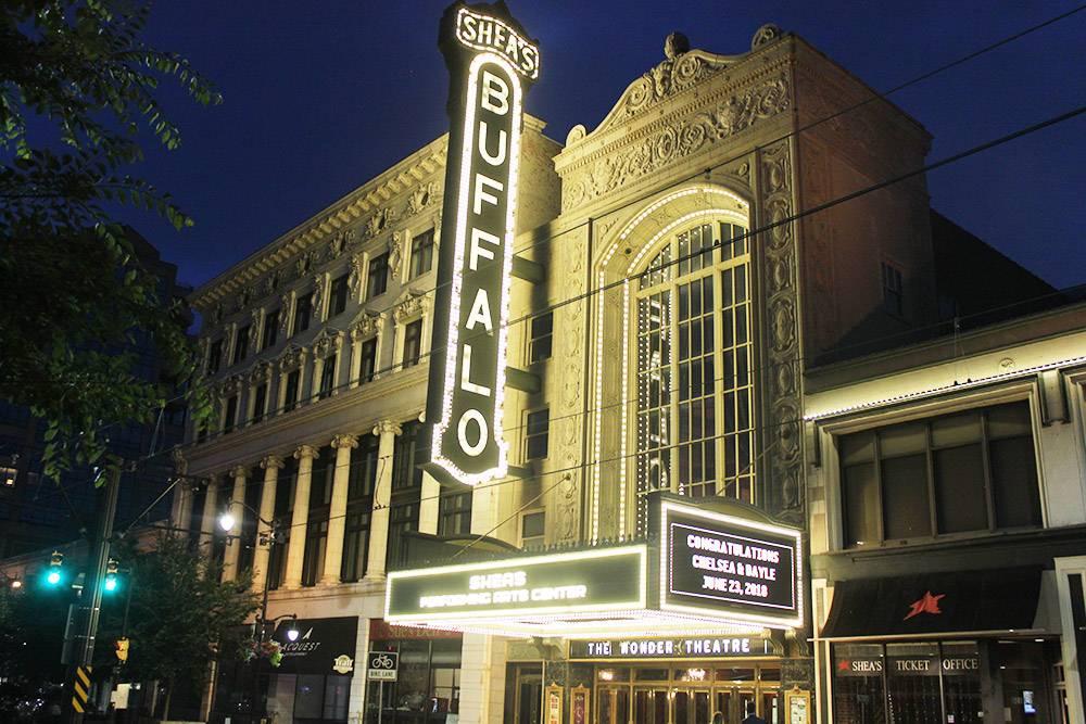 Ночью театр красиво подсвечивают, и он выглядит особенно выразительно