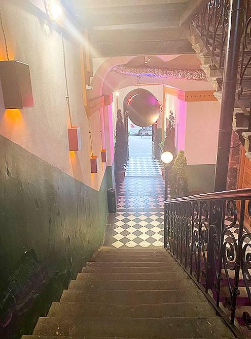 Вход в магазин ковров на Абовяна