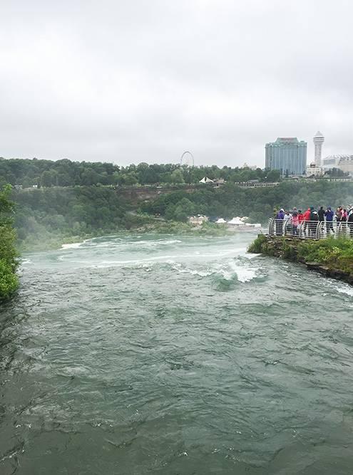 Вид на потоки воды с мостика