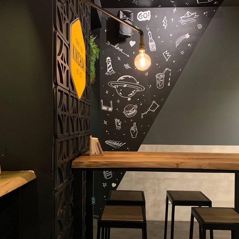 Приятный минималистичный интерьер — еще одно преимущество кафе