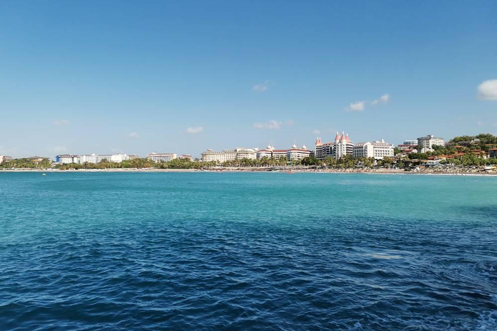 Вид на наш отель с небольшого мыса в конце бухты