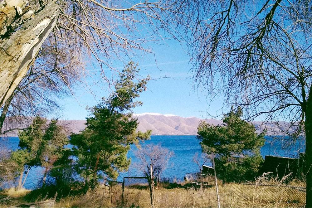 Севан находится на высоте 1900метров, на берегу работают гостиницы и рестораны. Летом у озера не так жарко, как в Ереване, поэтому там хорошо гулять