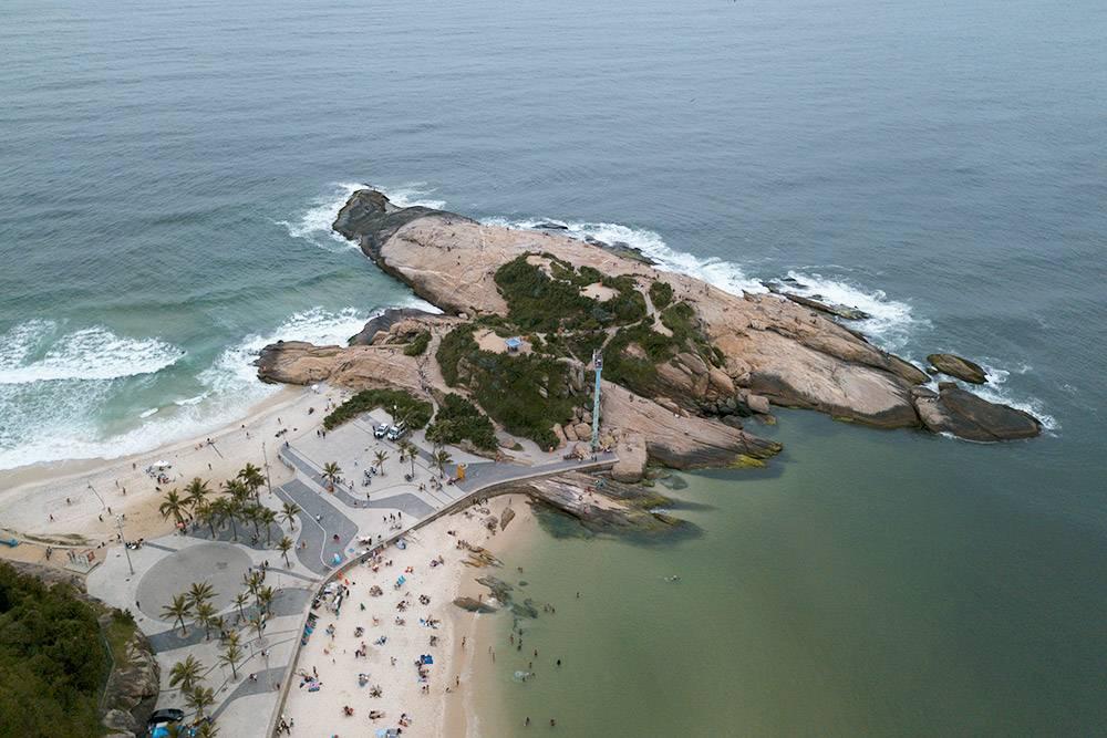 Вид с квадрокоптера на мыс Арпоадор. Справа — пляж Ипанема, слева — Копакабанас