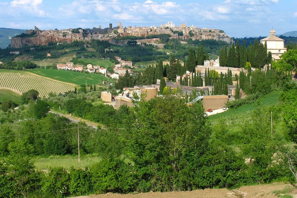 Типичный умбрийский пейзаж: городки на холмах в окружении кипарисов, виноградников и оливковых деревьев. Источник: pizzodisevo 1937/ Flickr